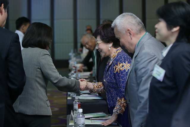 President Tsai shakes hands with former Vice President Annette Lu at the 2017 Asia-Pacific Security Dialogue.