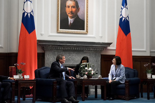 President Tsai meets with Guam Governor Eddie Calvo.