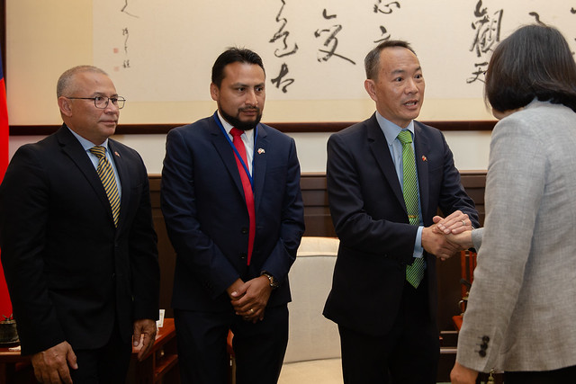 President Tsai shakes hands with Belize Senate President Lee Mark Chang.