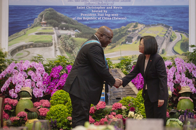 President Tsai shakes hands with St. Christopher and Nevis Prime Minister Timothy Harris at a state banquet.