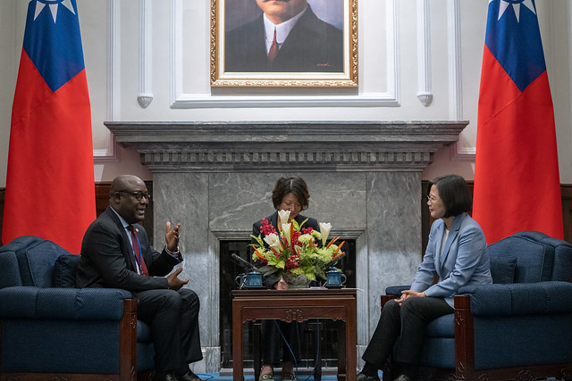 President Tsai Ing-wen meets with participants in the 9th advanced Spanish international training course for diplomats.