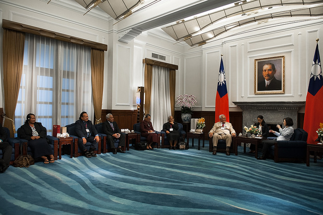 President Tsai exchanges views with Speaker of the Parliament of Tuvalu Otinielu Tauteleimalae Tausi.