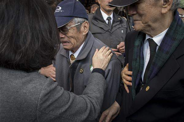President Tsai consoles the family members of the 228 victims.