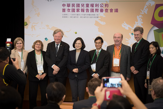 President Tsai poses for a photo with the members of the International Review Committee.