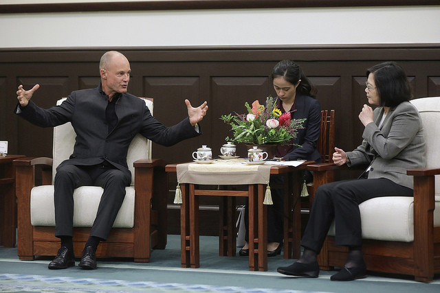 President Tsai exchanges views with Dr. Bertrand Piccard, Initiator and Chairman of the Solar Impulse in Switzerland.