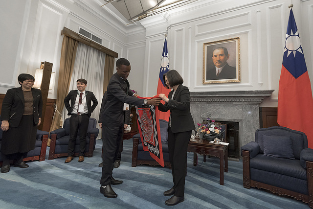 President Tsai receives a gift from a foreign youth representative.