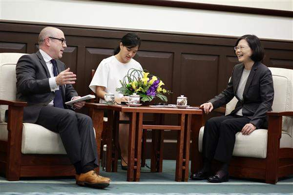 President Tsai exchanges views with a guest from the US East-West Center's 2016 Asia Pacific Journalism Fellowship. (02)