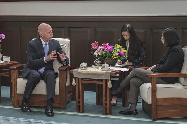 President Tsai meets former US Pacific Fleet Commander Scott