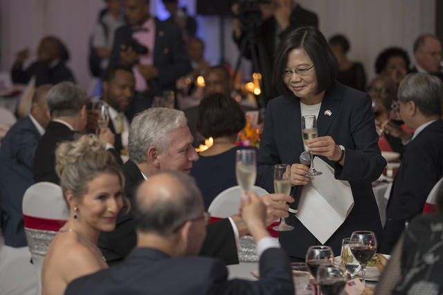 President Tsai hosts a dinner banquet in St. Lucia for local political figures and Taiwan embassy personnel and their families.