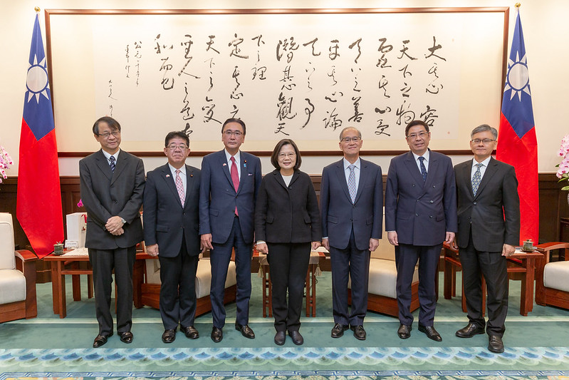 President Tsai poses for a photo with Keiji Furuya, Chairman of Japan-ROC Diet Members' Consultative Council.