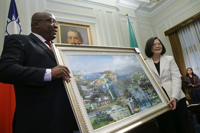St. Christopher and Nevis Prime Minister Harris presents a gift to President Tsai.