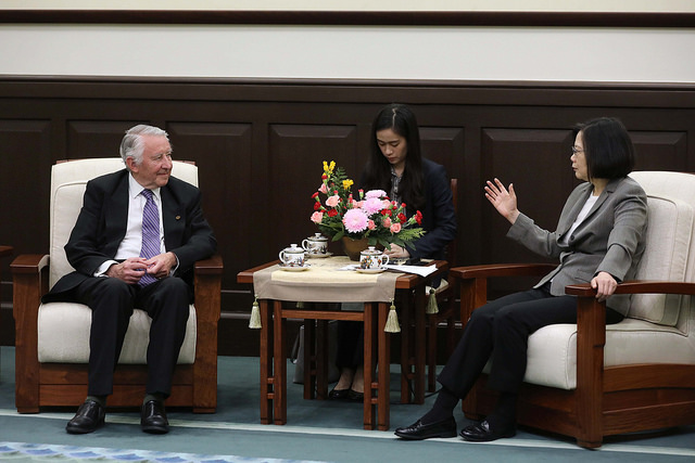 President Tsai meets with a delegation of British parliamentarians.