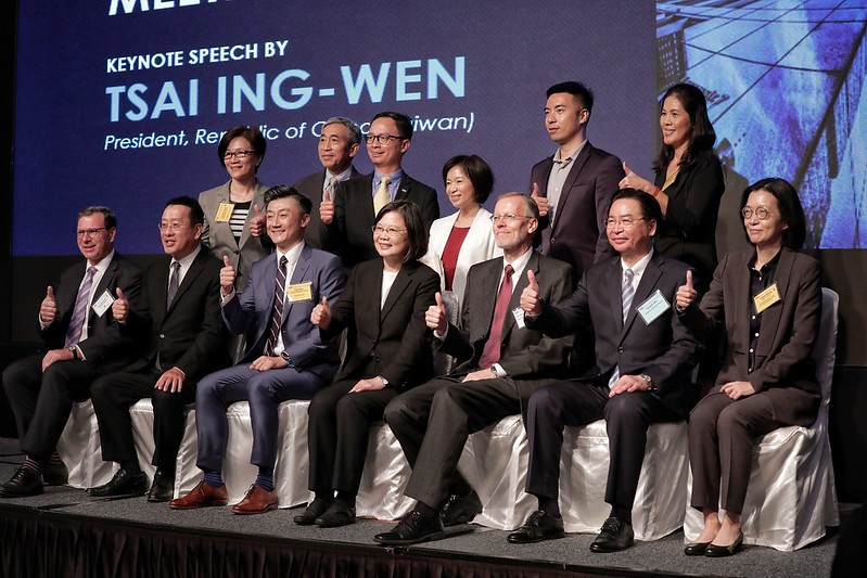 President Tsai poses for a photo with participants attending the 2020 AmCham Taipei Annual General Meeting.