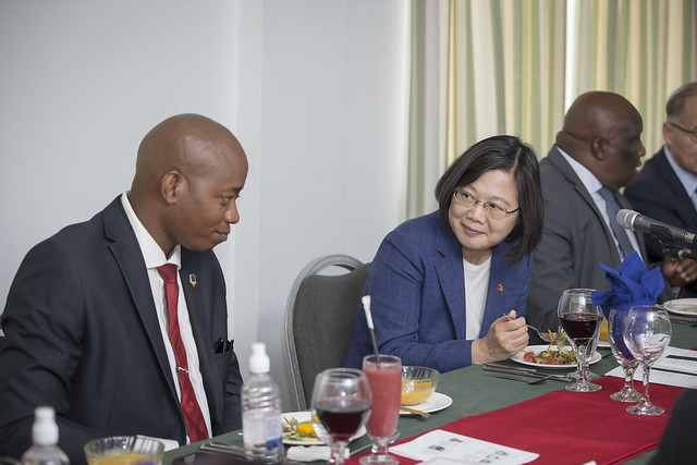 President Tsai attends a luncheon for alumni of Taiwan universities and Taiwan Scholarship recipients from St. Vincent and the Grenadines.