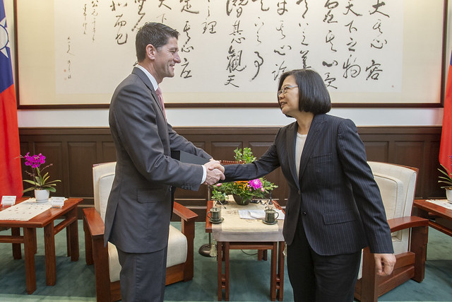 President Tsai shakes hands with former US House Speaker Paul Ryan.