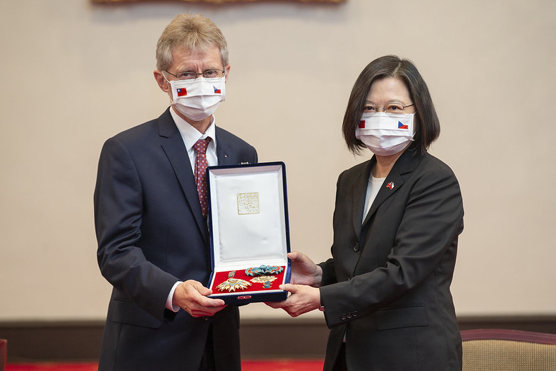 On behalf of late Czech Senate President Jaroslav Kubera, Senate President Vystrčil accepts the decoration from President Tsai.