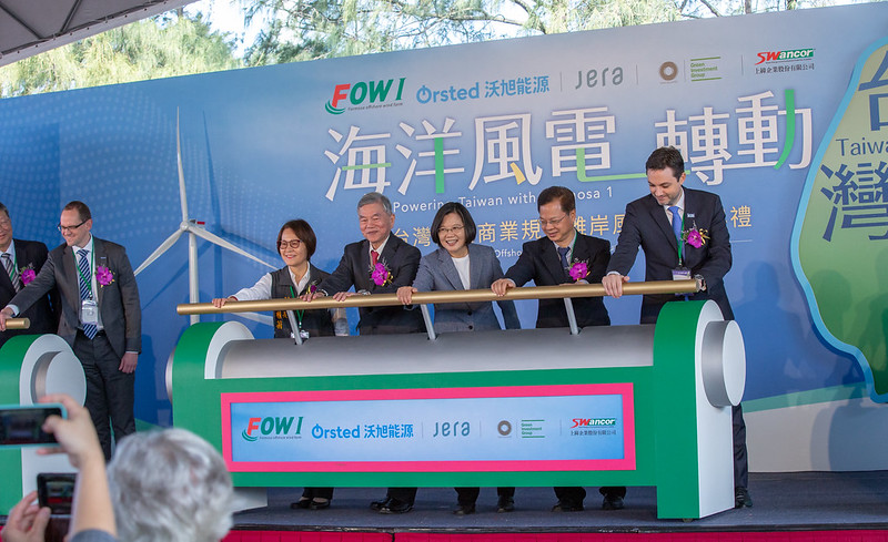President Tsai and the other distinguished guests jointly inaugurate the Formosa 1 offshore wind farm.