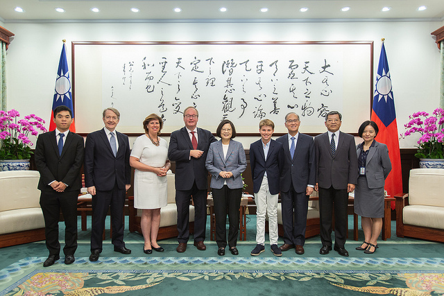 President Tsai Poses for a photo with Hans van Baalen, President of the Alliance of Liberals and Democrats for Europe Party, and his family.