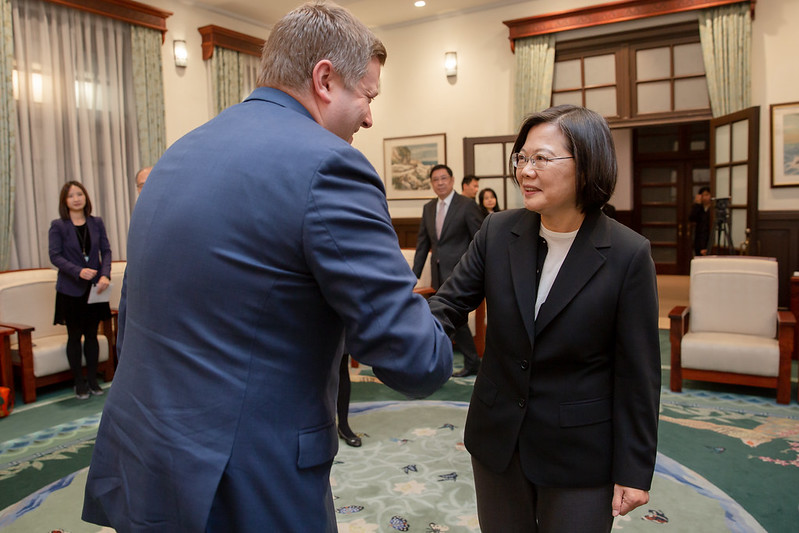 President Tsai shakes hands with US Assistant Secretary for Global Markets Ian Steff.