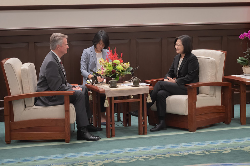 President Tsai exchanges views with Idaho Governor Brad Little.