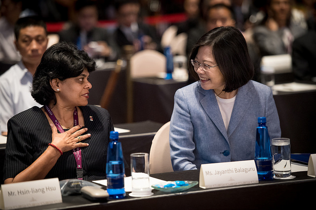 President Tsai exchanges views with Session Chair Jayanthi Balaguru of CALD Women's Caucus Conference.