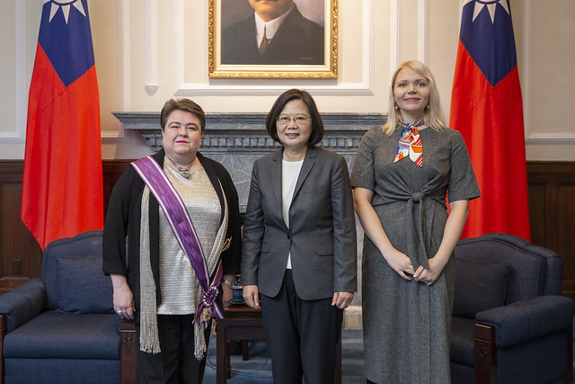 President Tsai poses for a photo with Head of European Economic and Trade Office in Taiwan Madeleine Majorenko.