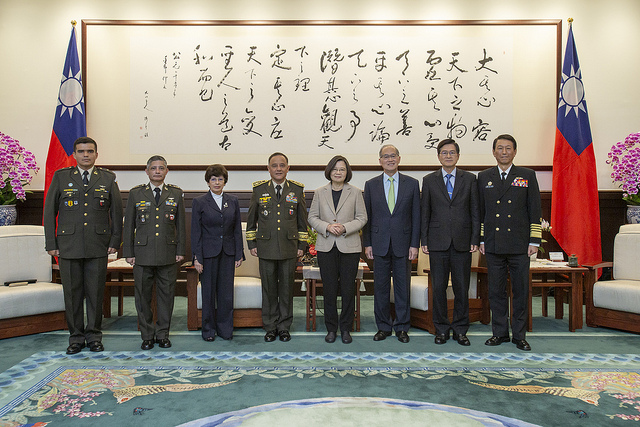 President Tsai poses for a photo with the distinguished guests led by Guatemalan Minister of Defense Major General Luis Ralda.