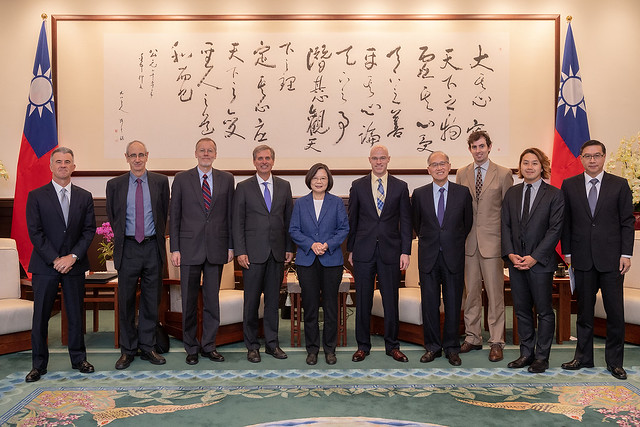 President Tsai poses for a photo with US Deputy Assistant Secretary of State Scott Busby.