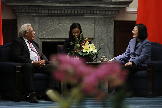 President Tsai exchanges views with Solomon Islands National Parliament Speaker Ajilon Jasper Nasiu.