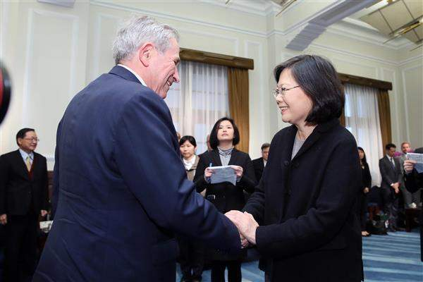 President Tsai shakes hands with US-Taiwan Business Council Chairman Paul Wolfowitz.
