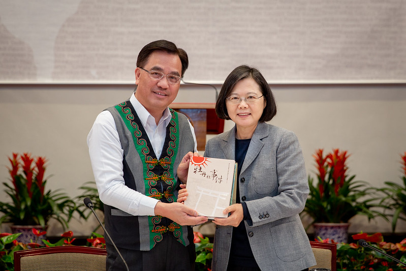 President Tsai takes a picture with Council of Indigenous Peoples Minister Icyang Parod.