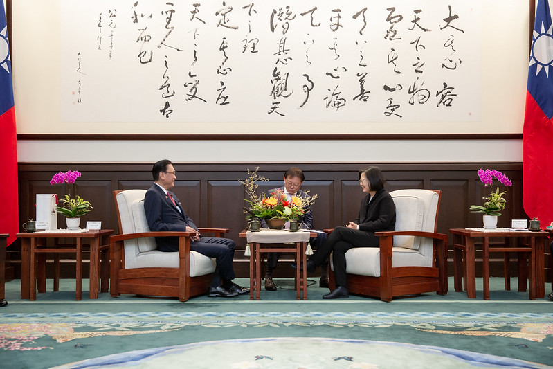 President Tsai exchanges views with Keiji Furuya, Chairman of Japan-ROC Diet Members' Consultative Council.