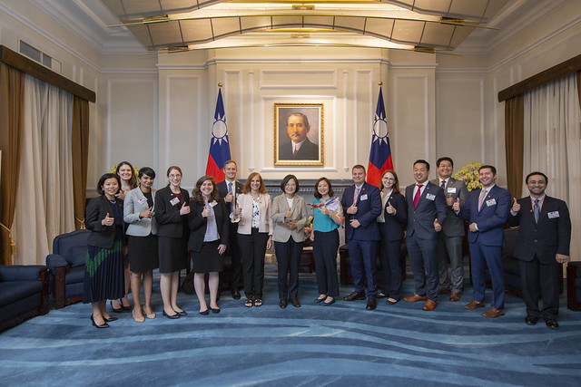 President Tsai poses for a photo with a Taiwan-US Policy Program delegation from the Center for Strategic and International Studies.