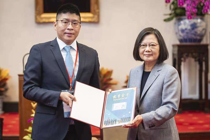 President Tsai presents the Employment Gold Card to Mr. Seamon Chan from the United States.