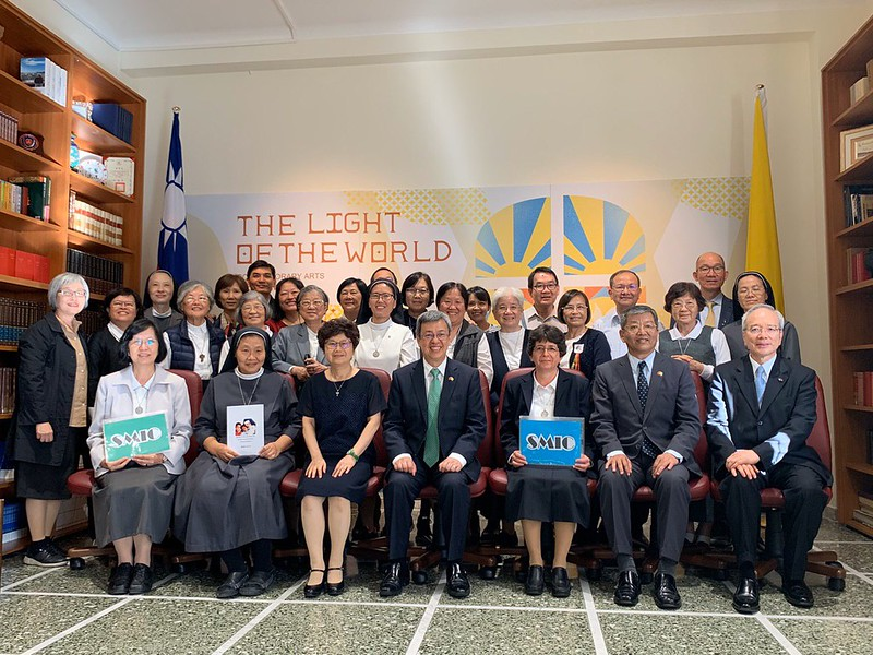Vice President Chen takes a picture with a delegation from the Taiwan chapter of the SMIC.