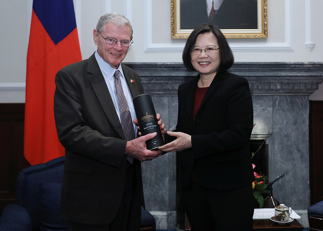 President Tsai presents a gift to Senate Taiwan Caucus Co-Chair James Inhofe.