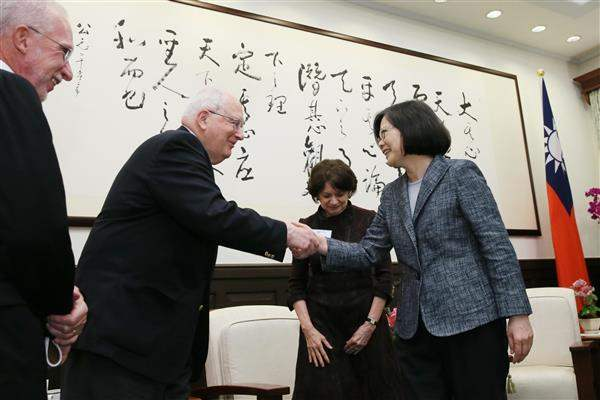 President Tsai shakes hands with delegation members from the National Committee on American Foreign Policy.