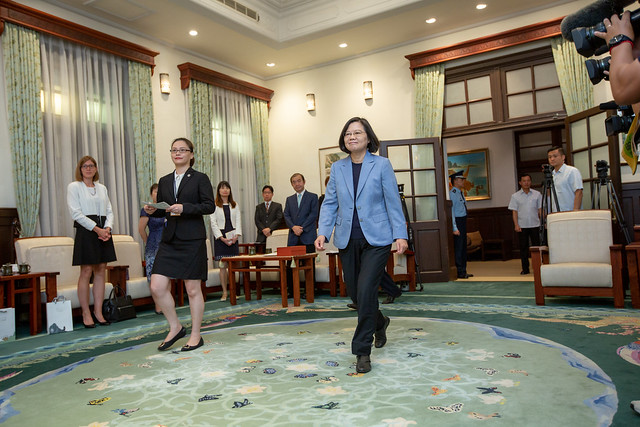 President TSai meets with high-level members of United Kingdom-based think tanks at the Presidential Office.