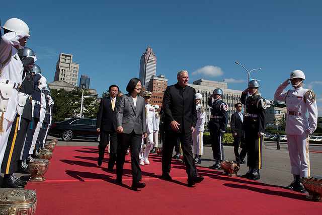 President Tsai personally welcomes Saint Lucia Prime Minister Allen Chastanet and Mrs. Chastanet.