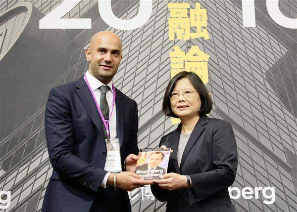 President Tsai poses for a photo with Taran Khera, Head of Sales for Bloomberg Asia-Pacific.