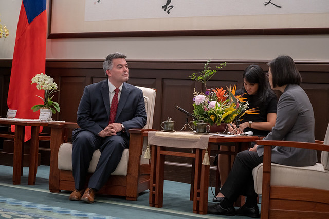 President Tsai exchanges views with US Senator Cory Gardner.