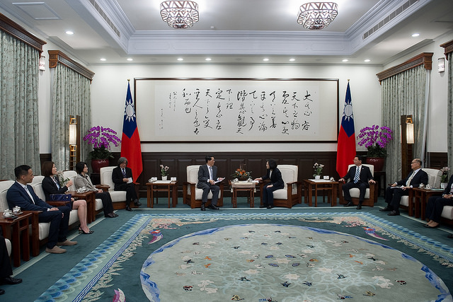 President Tsai exchanges views with Taiwan's delegation to the APEC Business Advisory Council.