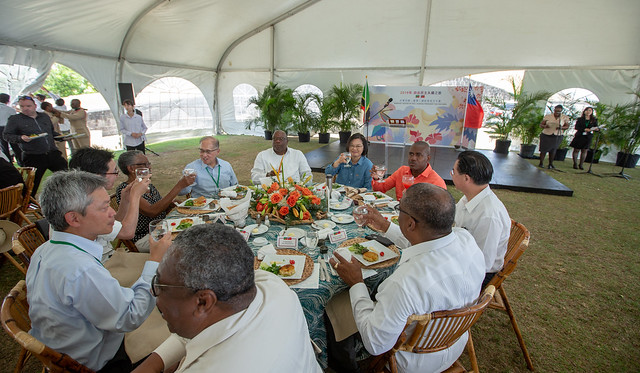 President Tsai hosts a luncheon in St. Christopher and Nevis for local political figures and Taiwan tourism industry mission.