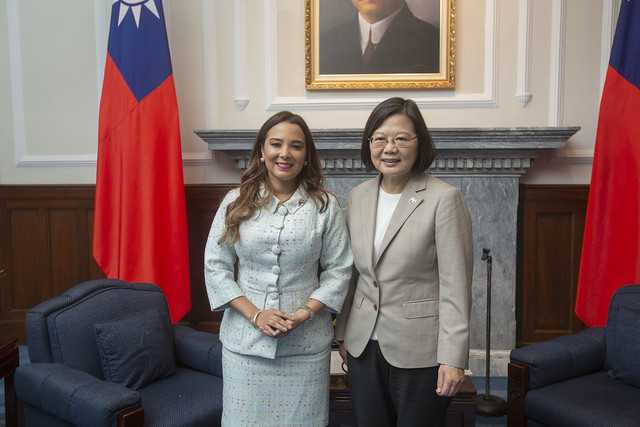 President Tsai poses for a photo with Honduran Vice President Olga Alvarado.
