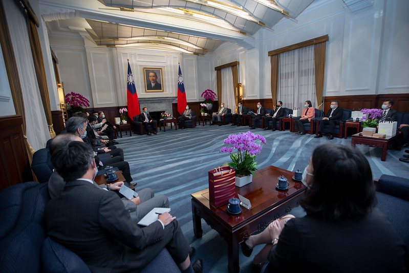 President Tsai meets with directors and supervisors from SEMI and TSIA, as well as other top executives of semiconductor enterprises from home and abroad.