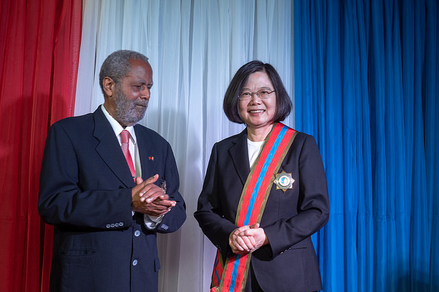 President Tsai receives the Order of Belize from Belize Governor-General Colville Young.