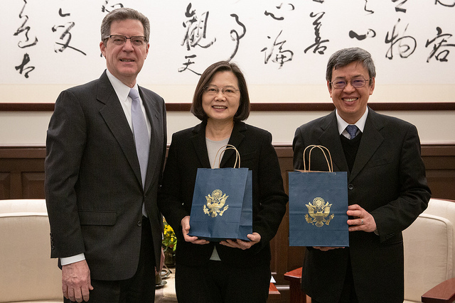 President Tsai and Vice President Chen receive gifts from Samuel Brownback, US Ambassador-at-Large for International Religious Freedom.
