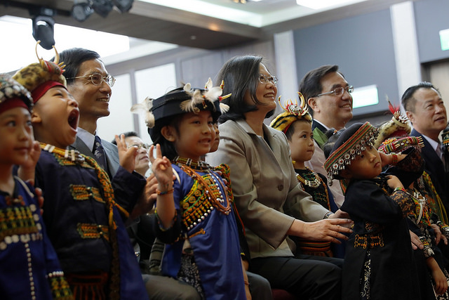 President Tsai poses for a photo with indigenous children from southern Taiwan's Pingtung County.