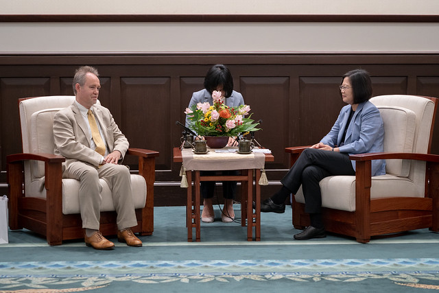 President Tsai exchanges views with Lord Truscott.