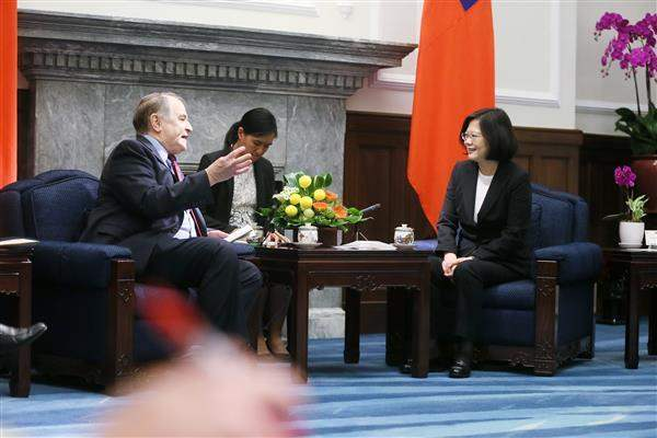 President Tsai exchanges views with a delegation member from Harvard University's Fairbank Center for Chinese Studies.